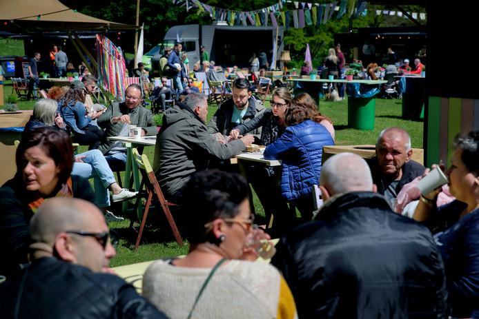 De foodtrucks trekken in Oud-Beijerland genoeg eters, aldus de organisatie.