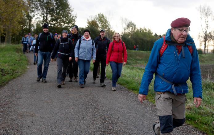 Serieuze en vrolijke wandelaars op de Wilhelminadijk.