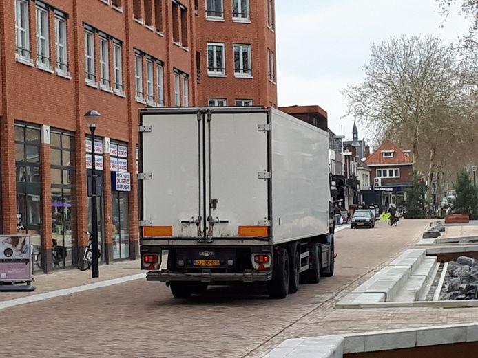 Er gaat nog steeds veel vrachtverkeer over de vernieuwde Grotestraat.