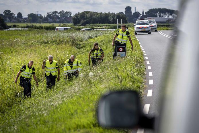 Politie deed onderzoek in de berm op de plek waar een meisje van 14 jaar uit Marken is gevonden langs de dijk tussen Monnickendam en Marken.