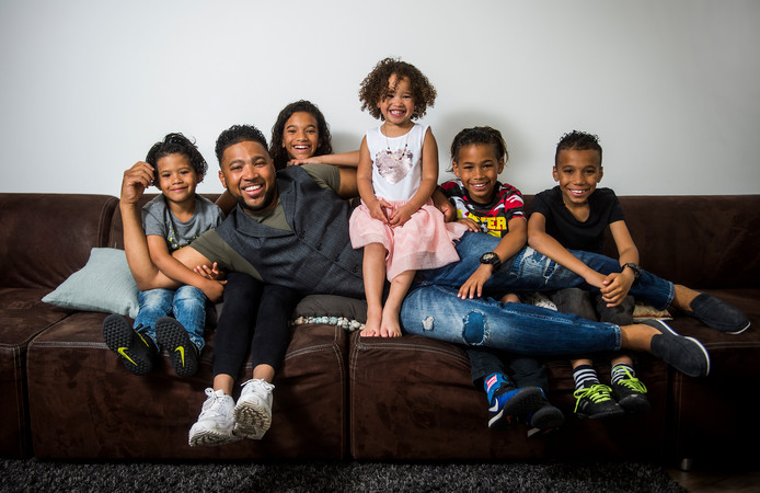 Dochter Jay op de schoot. Jordan (4), vader Jay (33), Talitha (12), Felice (3), Danilo (10), Jairo (8).