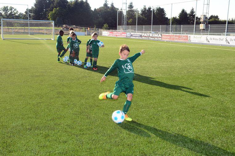 De voetballertjes mochten het nieuwe grasveld dopen met een eerste oefenpartijtje.