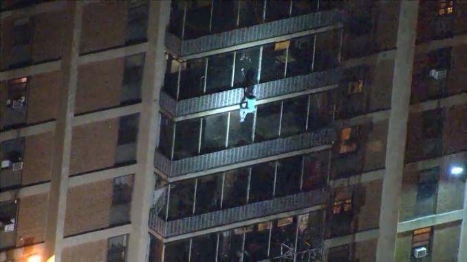 Helikopter filmt brandende flat van 19 verdiepingen ... én man die gewoon naar beneden klimt