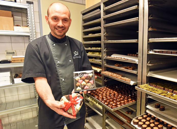Arno van Drongelen met chocoladeharten.