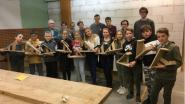 Vijfdejaars hout Sint-Catherinacollege helpen zesdeklassers Sint-Lutgardisschool kerststal maken