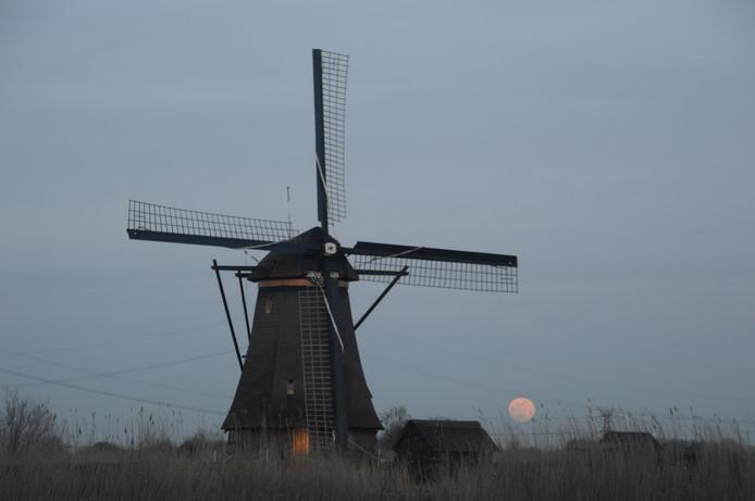 Johan Klos wist de maan nog net vast te leggen voordat hij in Kinderdijk achter de wolken verdween.
