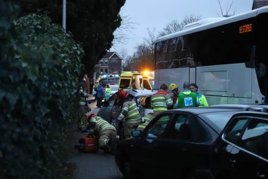 Hulpdiensten aan het werk bij een groot ongeluk in Bussum