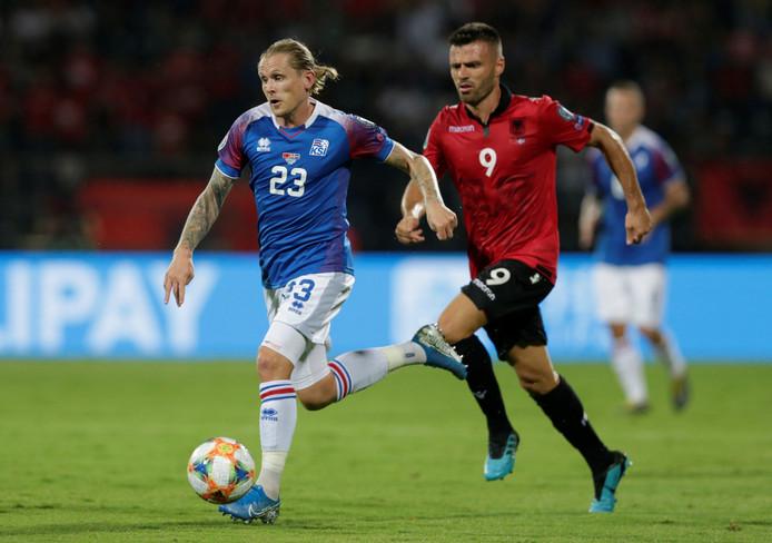 Ledian Memushaj achtervolgt Ari Skulason bij Albanië-IJsland.