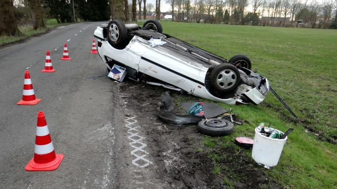 De auto belandde op z'n kop in de berm.