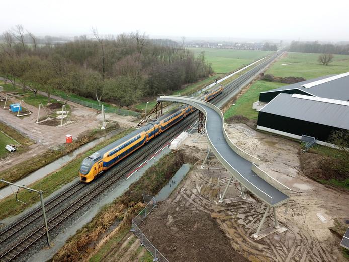 De nieuwe ongelijkvloerse spoorwegovergang in Elst.