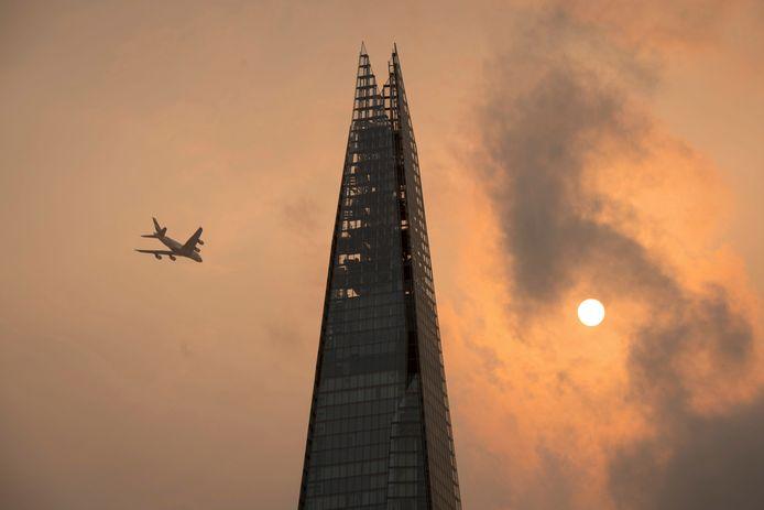 'The Shard' in het centrum van Londen tegen een okerkleurige lucht.
