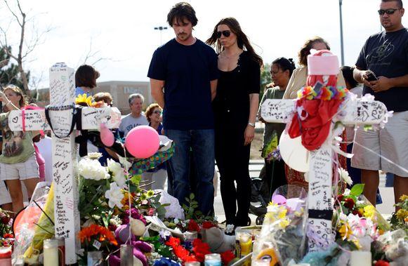 Acteur Christian Bale die in  'The Dark Knight Rises' de rol van Batman vertolkte, woonde enkele dagen na het bloedbad een herdenkingsdienst bij. Zijn vrouw Sandra Blazic vergezelde hem.