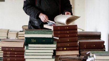 Vrijwilligers ploegen zich een weg door 30 ton boeken en tijdschriften over Openbare Werken