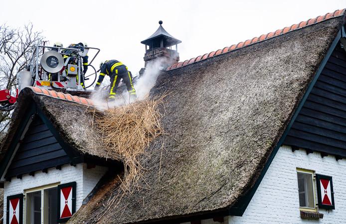 Brand in rieten kap van monumentaal pand in Esbeek.