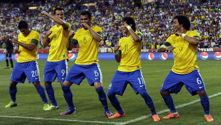 Braziliaanse spelers vieren de 1-0 na een strafschop van Neymar. Beeld reuters