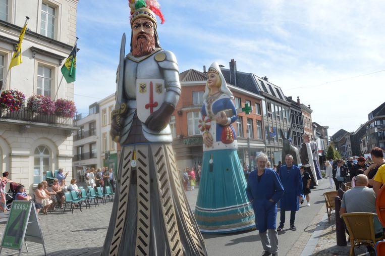 De optocht van Ninoofse en Aalsterse reuzen door de straten van Ninove.
