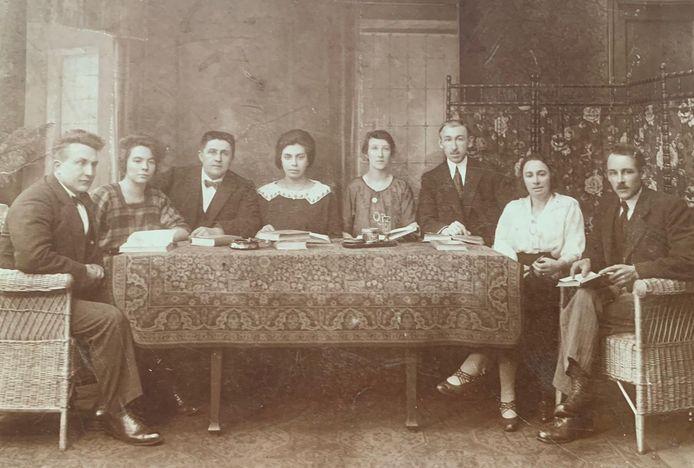 Tante Mina en oom Willem, beiden rechts, met vrienden tijdens een seance, in 1932.