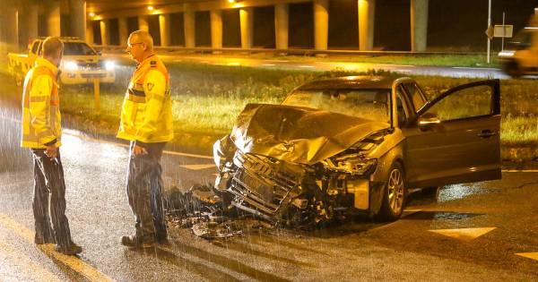 Auto volledig in puin na botsing met vrachtwagen in Apeldoorn.
