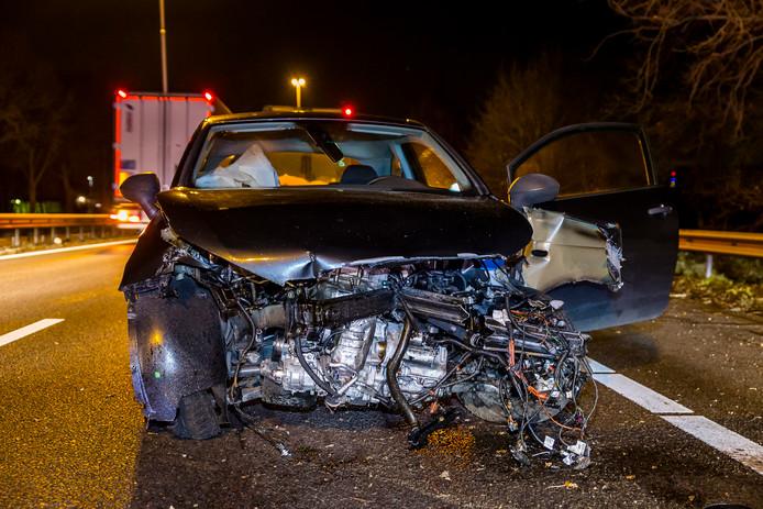 Een auto raakte zwaar beschadigd bij een ongeval op de A27 ter hoogte van Oosterhout.