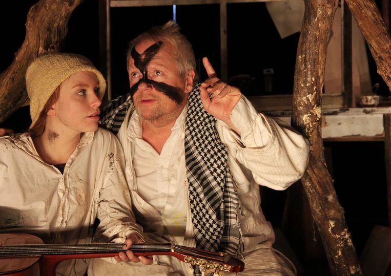 Dick van den Toorn (R) speelt Anton Heyboer in Groeten uit Den Ilp. Links op de foto Anneke Sluiters. Beeld Jip van den Toorn