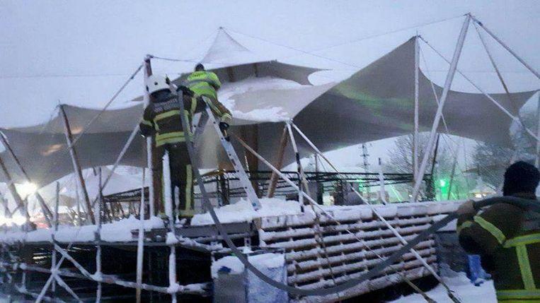 De brandweer ruimt in Wachtebeke de sneeuw van de tenten van Music for Life.