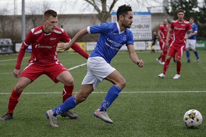 Duel tussen Niek te Veluwe en Mike van Dongen tijdens de wedstrijd Rijsoord - AZSV.