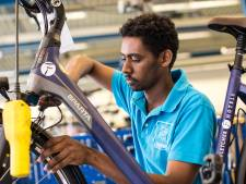 Deze mensen repareren fietsen in Zutphen - maar ze knappen ook mensenlevens op