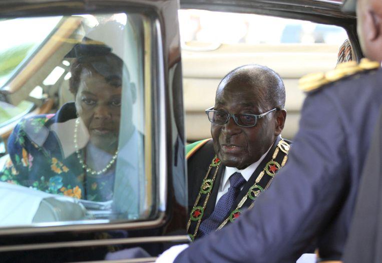 President Mugabe stapt in de auto in Harare. Beeld null