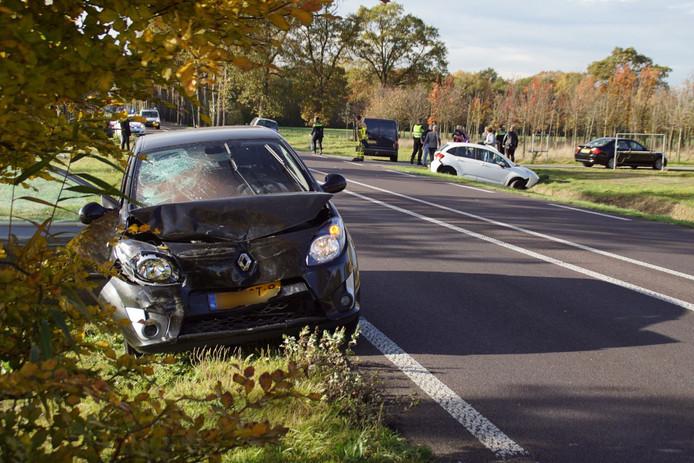 Het ongeval gebeurde toen een auto wilde afslaan, een achteropkomende automobilist zag dat te laat.