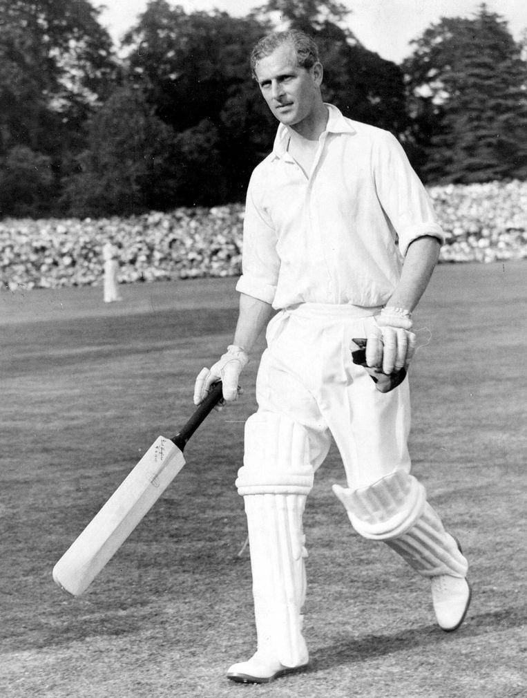 Prins Philip speelt cricket. Foto uit 1953, zes jaar na zijn huwelijk met koningin Elizabeth.