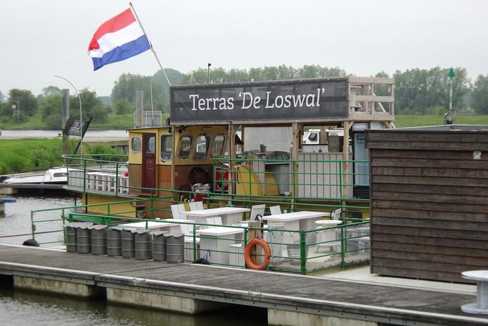 De horecaboot in Wijhe mag eindelijk open en heeft een nieuwe naam.