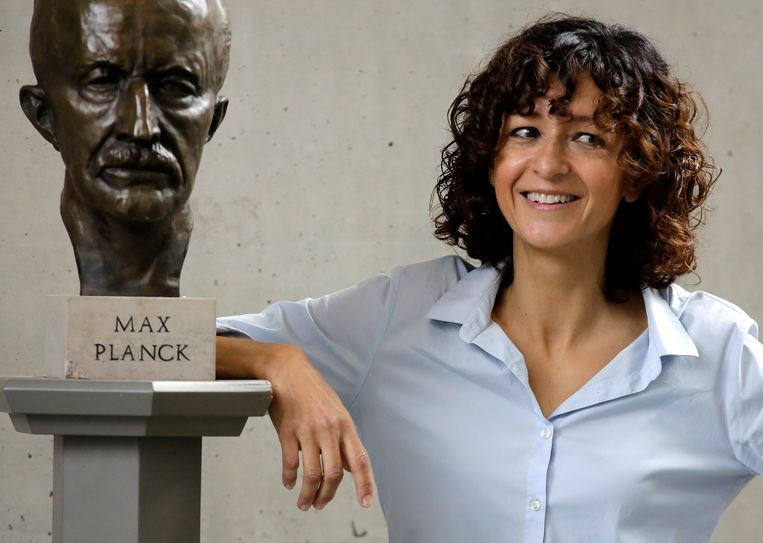 Emmanuelle Charpentier naast een buste van het Max Planck.  Beeld AP