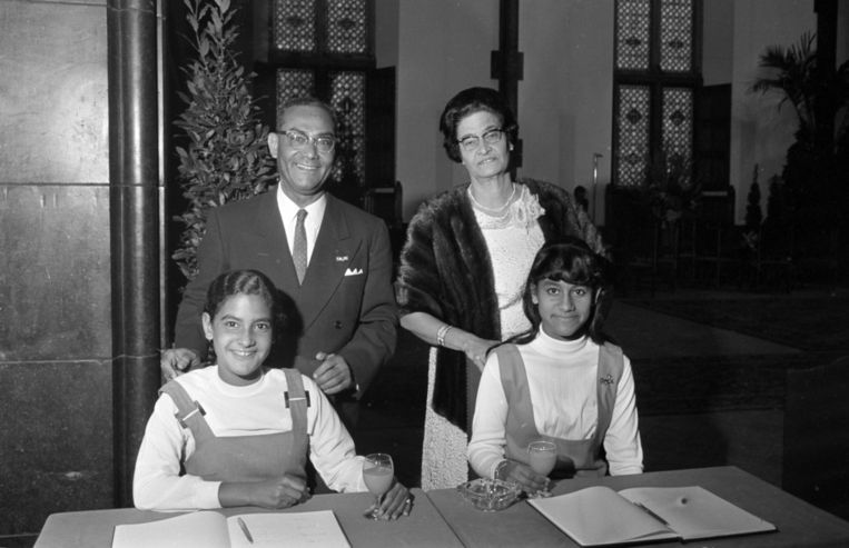 Johan Ferrier en zijn echtgenote Edmé in 1968 tijdens de receptie in verband met zijn benoeming tot gouverneur van het rijksdeel Suriname. Op de voorgrond dochters Joan (rechts) en Kathleen Beeld anp
