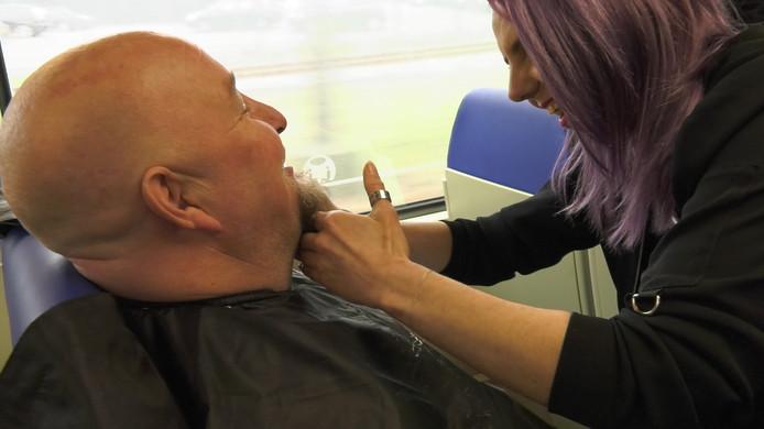De baard wordt geknipt in de trein vanuit Nijmegen.