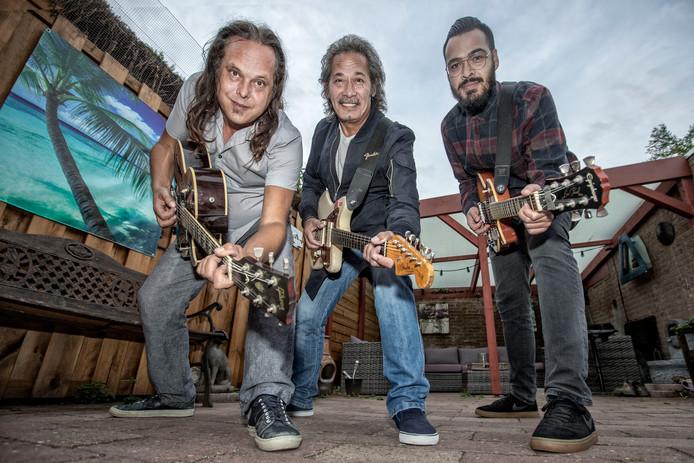 Van links naar rechts gitaristen Remko Willems, Ben Poetiray en Joshua Smits