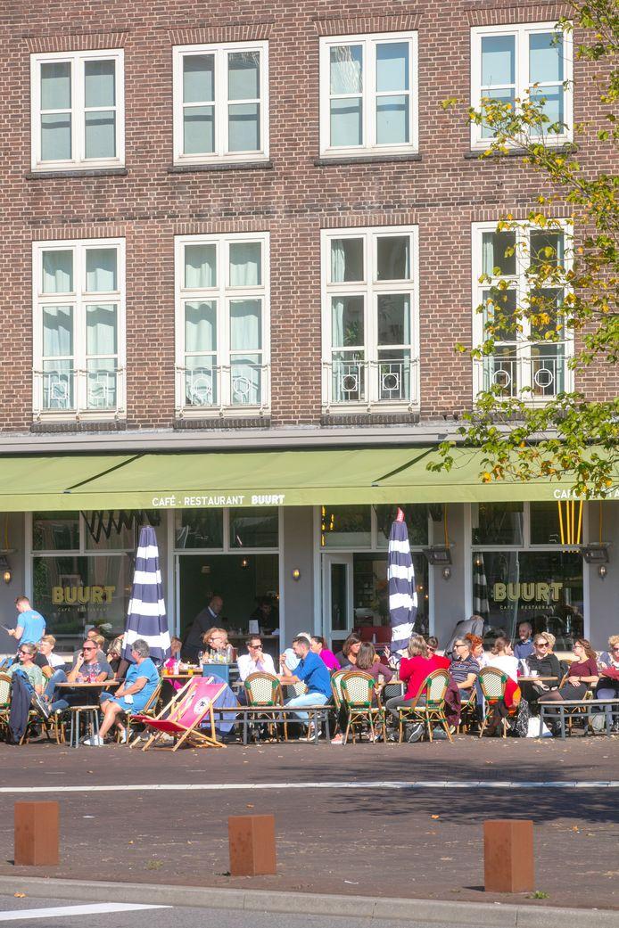 Het terras van café Buurt in Den Bosch aan het Konnigsplein