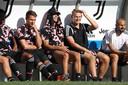 De Ligt op de bank naast Cristiano Ronaldo (m).