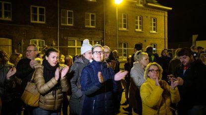 """""""We staan hier volgende week met dubbel zoveel"""": Bilzenaren verzamelen aan asielcentrum om hoopvol signaal te geven"""