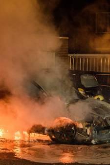 Brandweer blust drie autobranden in één straat in Tilburg