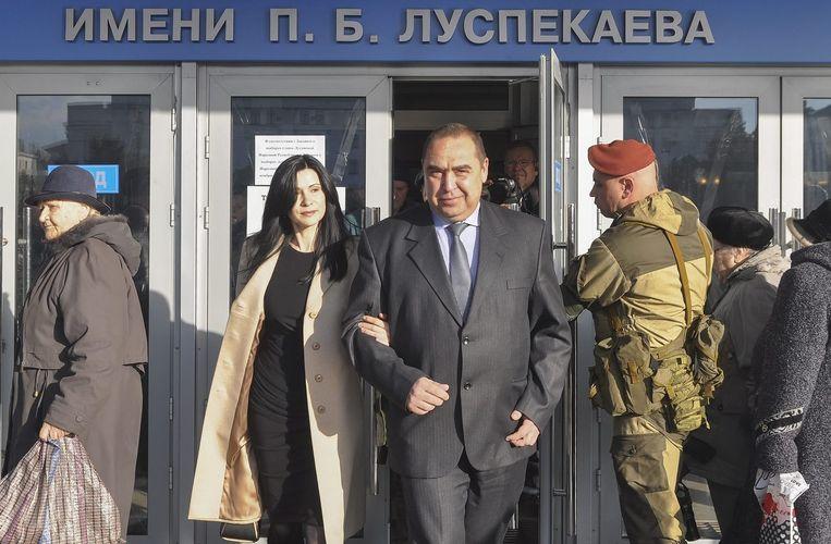 De Oekraïense president Petro Porosjenko noemt de verkiezingen van de pro-Russische separatisten van zondag illegaal. 'De verkiezingen zijn een farce, leunend op het geweld van tanks en machinegeweren', is te lezen in een verklaring op internet. Beeld epa