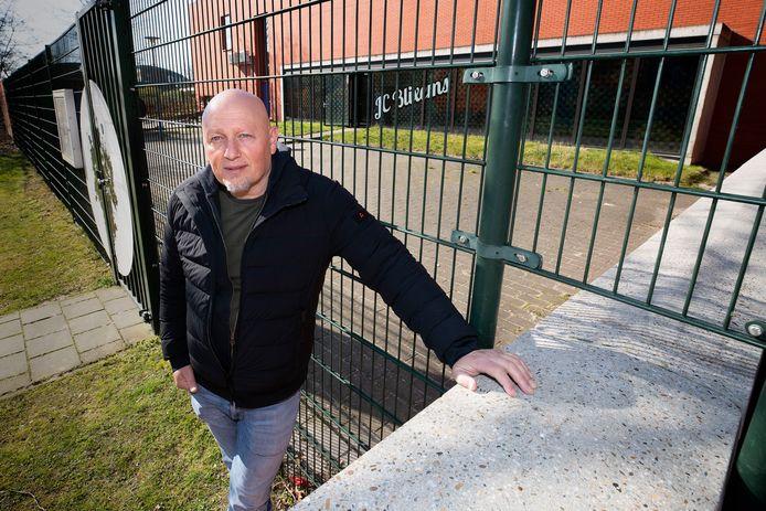 Peter van Belen, jongerenwerker in Blixembosch voor het gesloten VTA Blixems waar het jongerencentrum is. Hij vertelt hoe hij zijn werk doet nu het centrum dicht is.