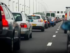 A27 bij Werkendam weer open na botsing vrachtwagen met gevaarlijke stoffen; nog wel veel vertraging