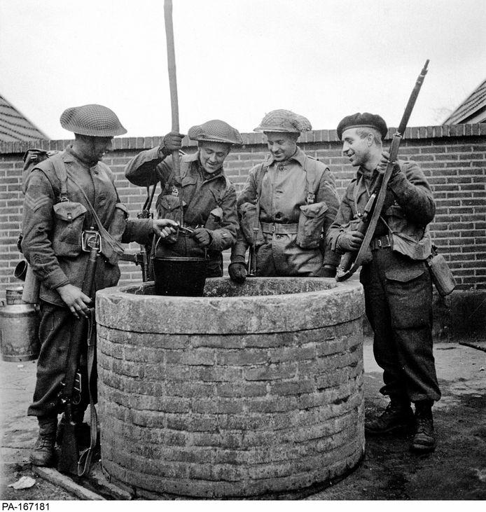 Soldaten van het regiment  Les Fusiliers Mont-Royal halen water uit een put in Laren, op 6 april 1945.