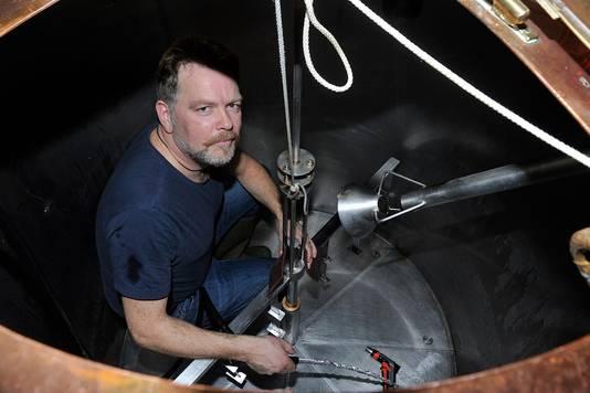 Het poetsen van de ketels voordat opnieuw kan worden gebrouwen is een voorwaarde én een erebaan voor meesterpoetser Robèr Croese.