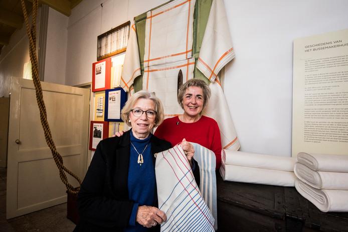 Wilma Witteman en Cecile van der Rijst zijn trots op het bijzondere linnengoed dat 'hun' Bussemakerhuis exposeert.