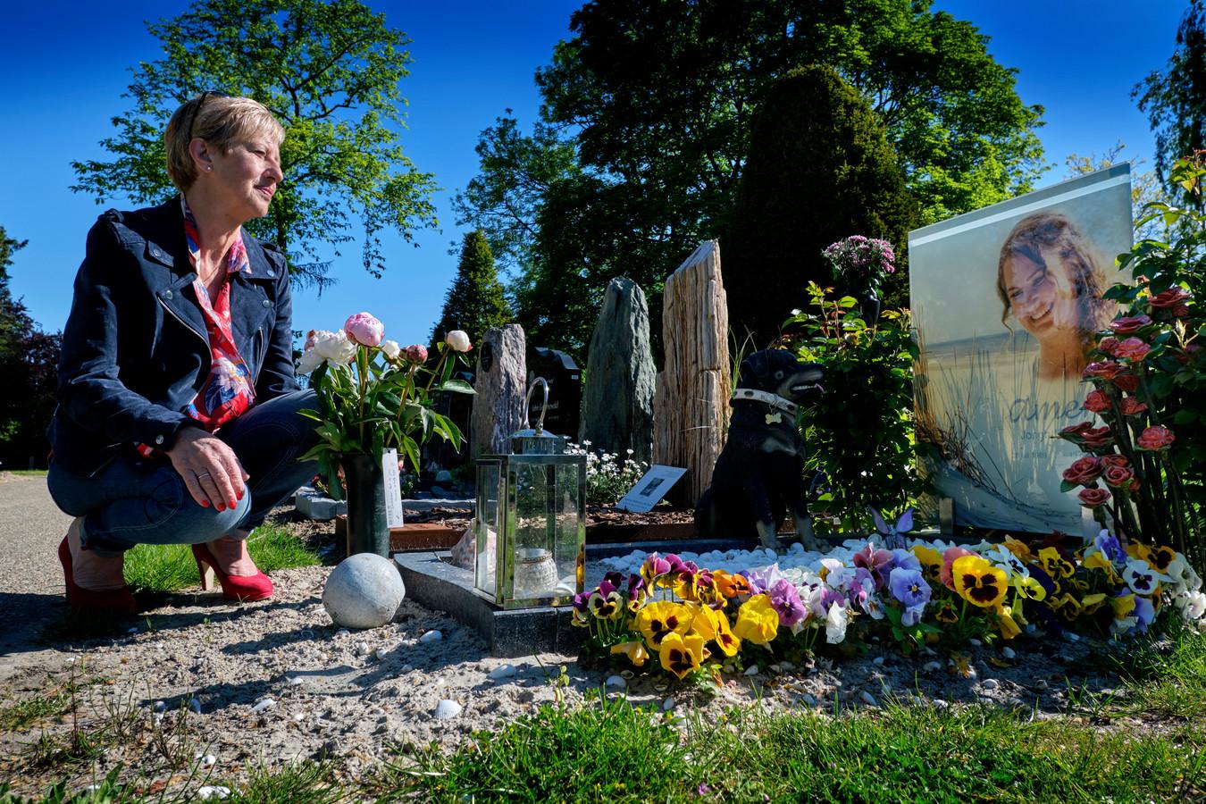 """Heleen Jongh bij het graf van haar dochter die anderhalf jaar geleden omkwam bij een ongeluk.  De doodsoorzaak? Inwendig letsel. ,,Dat is het. Meer weten we niet. En hoewel het mij in het begin niet interesseerde - mijn kind is dood, wat moet ik met die informatie? – heb ik er alsmaar meer moeite mee gekregen dat ik geen antwoorden heb."""""""