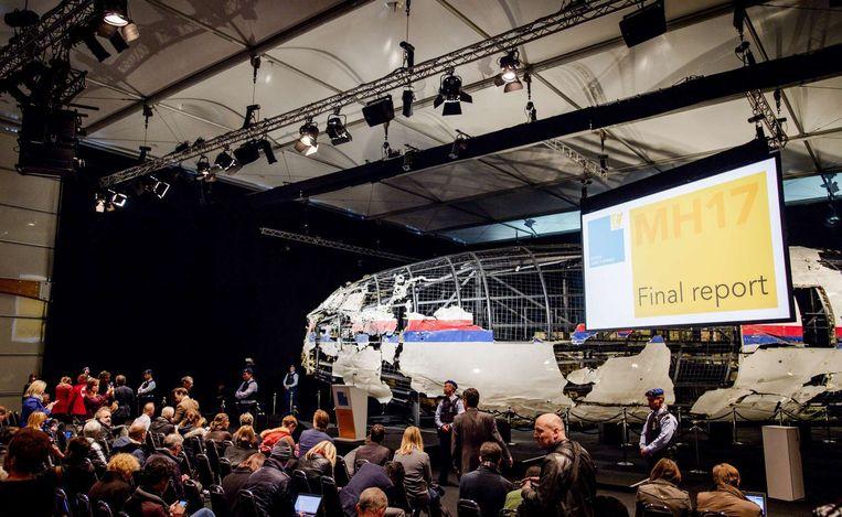 Het wrak van vlucht MH17 tijdens de presentatie van het onderzoeksrapport op vliegbasis Gilze Rijen. Beeld ANP
