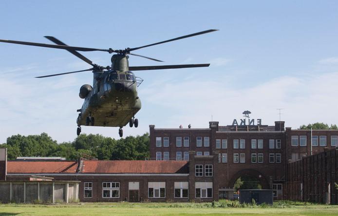 Het Poortgebouw bij een militaire oefening.