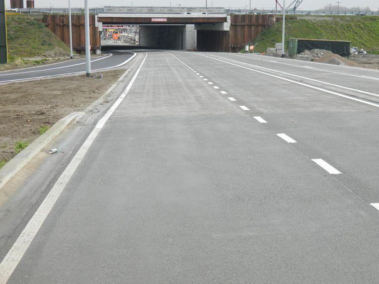 De Tieltsesteenweg gaat deze ochtend weer open en heeft nu vijf rijvakken. Links: de nieuwe oprit voor het verkeer dat van de N44 rechtstreeks op de E40 richting Gent wil.
