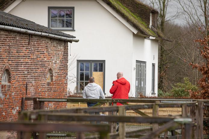 Rechercheurs deden woensdagmorgen nog  onderzoek bij de woonboerderij die inmiddels op last van burgemeester gesloten is